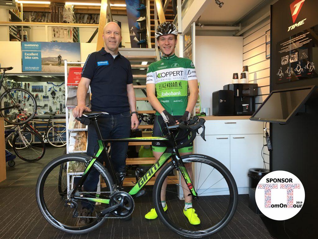 Zo trots als een pauw sta ik naast Remco Krijgsman in zijn fietsenzaak Remco's Cycle Service