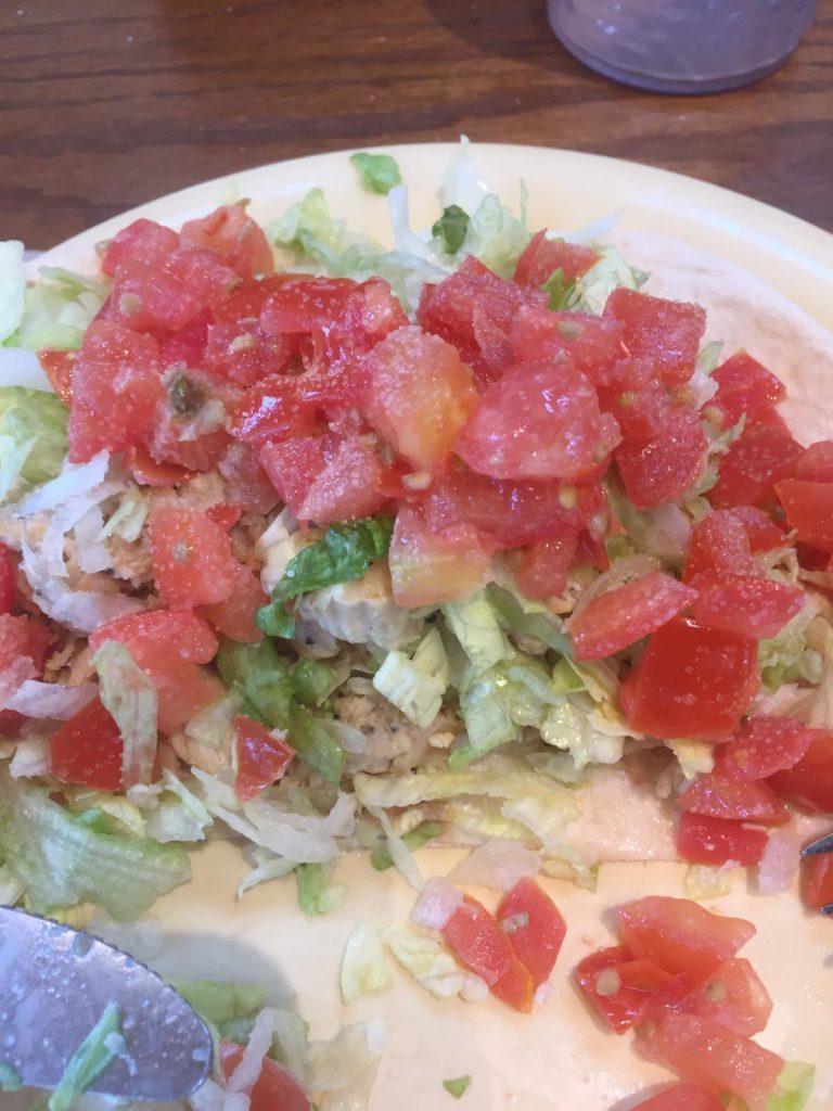 Lunch: wrap met tomaat, sla en zout. Dat laatste om te voorkomen dat je uitdroogt. Op de dag van training 2 waren de eerste uitdrogingsverschijnselen al bij sommigen te zien namelijk.