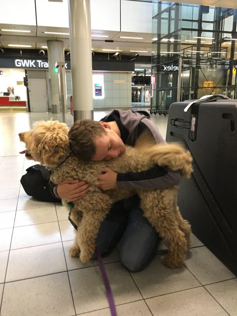 Back home again! Na een slechte vlucht met veel turbulentie werd ik opgewacht door papa, mama, Gijs en onze hond Tiamo
