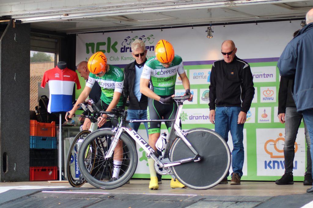Met de tijdritfiets op het podium, klaar maken voor de start van het NCK 2019