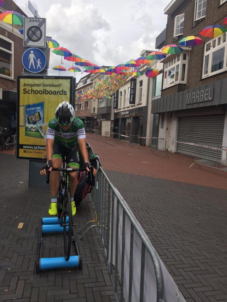 Voor de start van wielerronde Hart van Oosterhout aan het inrijden op de rollerbank