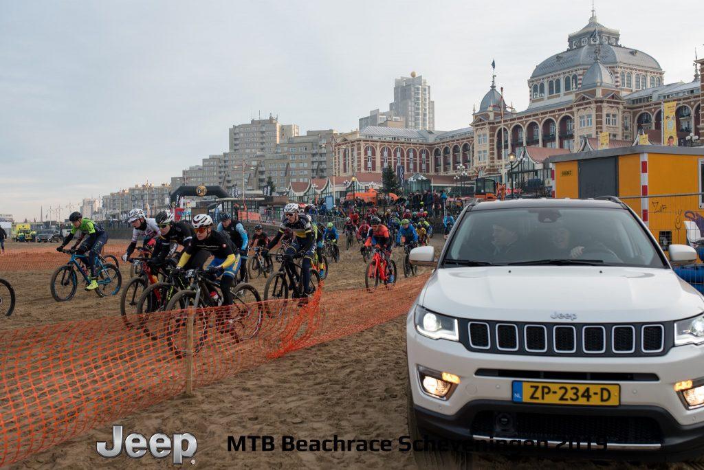 De start van Jeep mtb beachrace Scheveningen