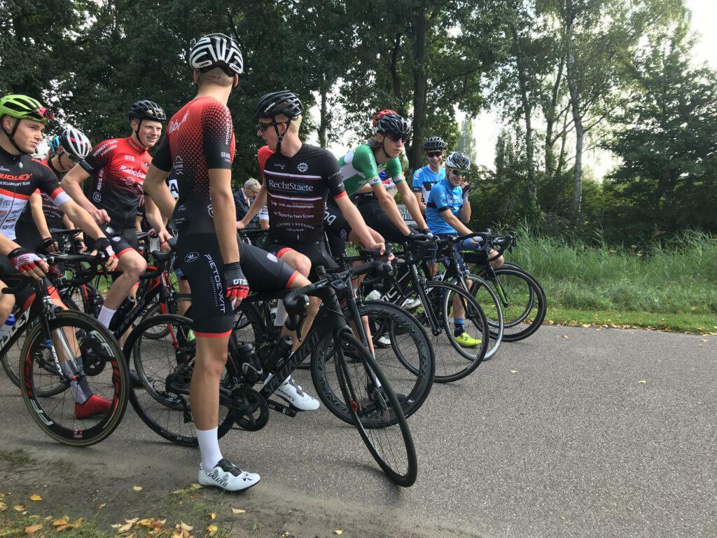 op de 1e startrij vlak voor de start van de ronde van Amstelveen